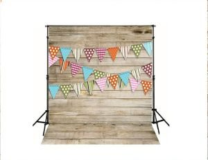 photocall de madera decorado con banderines de colores